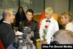 После того, как московский ЗАГС отказал в заключении брака Ирины Фет (слева) с Ириной Шипитько, церемония бракосочетания прошла в Торонто