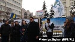 Народний депутат Андрій Іллєнко під час виступу на пікеті біля Конституційного суду