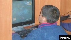 Кыргызстандагы компьютердик клубдарда ойногон балдардын бири.