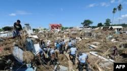 نیروهای امدادی بر سر بقایای خانههای مسکونی در شهر ایلیگان فیلیپین حاضر شدهاند- ۲۸ آذرماه ۱۳۹۰