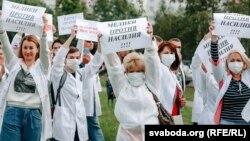 Ланцуг салідарнасьці мэдыкаў у Віцебску. 13 жніўня 2020 году. Ілюстрацыйнае фота.