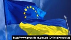 Знамето на ЕУ и на Украина.