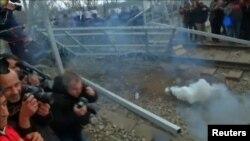 پرتاب گاز اشکآور در مرز مقدونیه و یونان