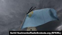 Под грозовым небом: в Киеве почтили память жертв депортации 1944 года (фотогалерея)