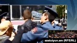 Сотрудники полиции задержавают демонстрантов на площади Франции в Ереване, 18 апреля 2018 г.