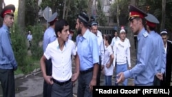 Тафтиши намозгузорон дар роҳ ба сӯи масҷиди марказии Душанбе. Акс аз бойгонӣ