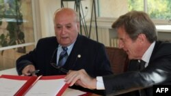 برنار کوشنر در حال امضای قرارداد حمایت مالی از احداث یک بیمارستان در غزه