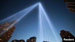 شعاعان من الضور ينبعثان من موقع هجمات 11 أيلول في مانهاتن بنيويورك إستذكاراً للضحايا.