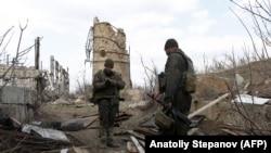 Украинские военные на линии соприкосновения в Авдеевке под Донецком (архив)