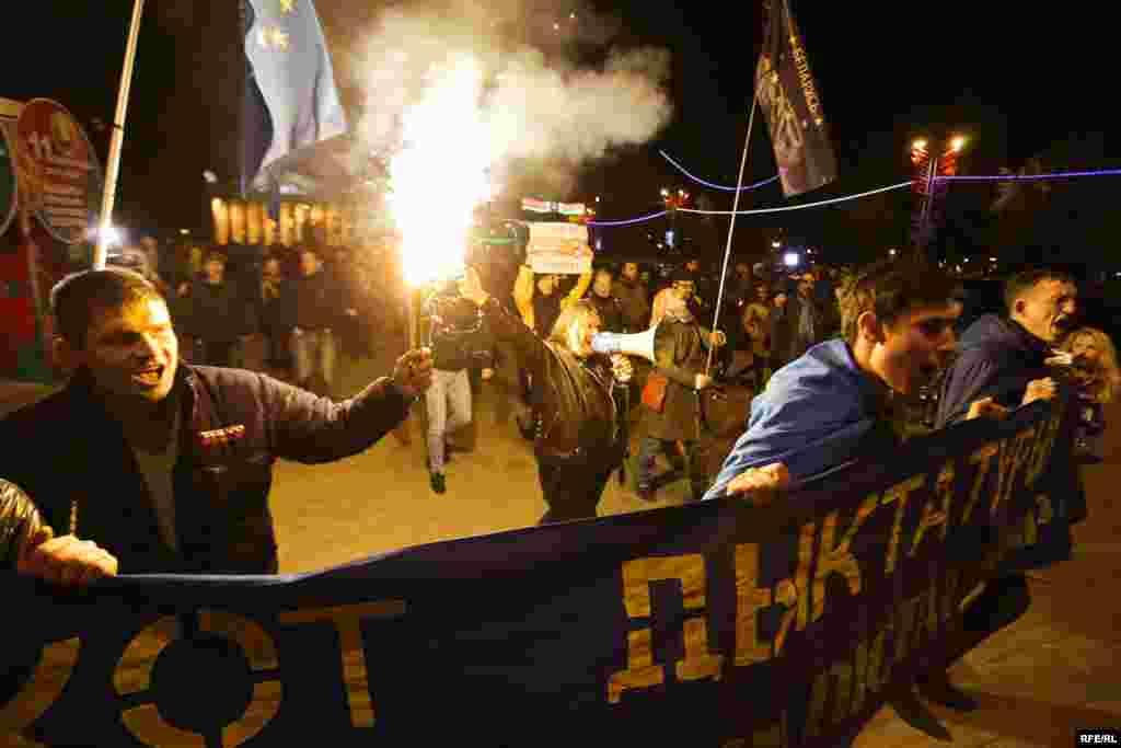 Активисты прошли маршем от Кастрычницкой площади до площажи Незалежности вечером в воскресенье, после закрытия избирательных участков.