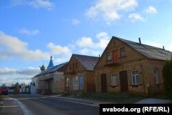 Сьвята-Георгіеўская царква на фоне старых пабудоваў