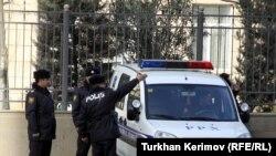 İçərisi polislərlə dolu olan avtobuslar nazirliyin ətrafını mühasirədə saxlayır