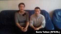 Подросток, называющий себя кыргызстанцем Айбеком Мухитдиновым, и директор Атырауского центра адаптации несовершеннолетних Галия Бижанова. 2 марта 2016 года.