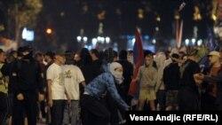Ратко Младичті босатуды талап етіп шыққан серб ұлтшылдары. Белград, 29 мамыр 2011 жыл.