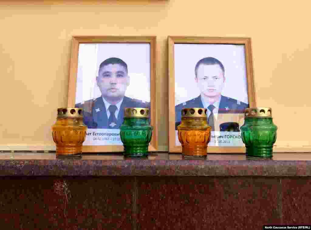 У главного входа – фотографии убитых военных Кайрата Рахметова и Владимира Горскова.