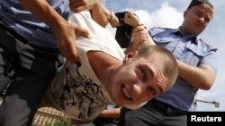 Полиция пресекает одну из акций в поддержку Таисии Осиповой. Москва, Лубянская площадь, 20 июля 2011 года.
