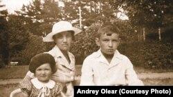 Вадим Макшеев с мамой и сестрой. Кивиыли. 1939 год