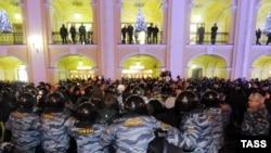 Санкт-Петербургте сайлау барысына қарсы шерушілерді полиция қоршап тұр. Санкт-Петербург, 6 желтоқсан 2011 жыл.