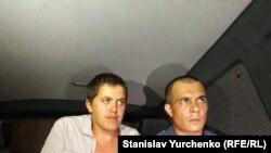 Qırımlı Renat Paralamov (soldan) ve advokat Emil Kürbedinov (sağdan), Aqmescit, 2017 senesi sentâbrniñ 14