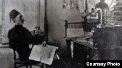 Гаспринский в своем кабинете