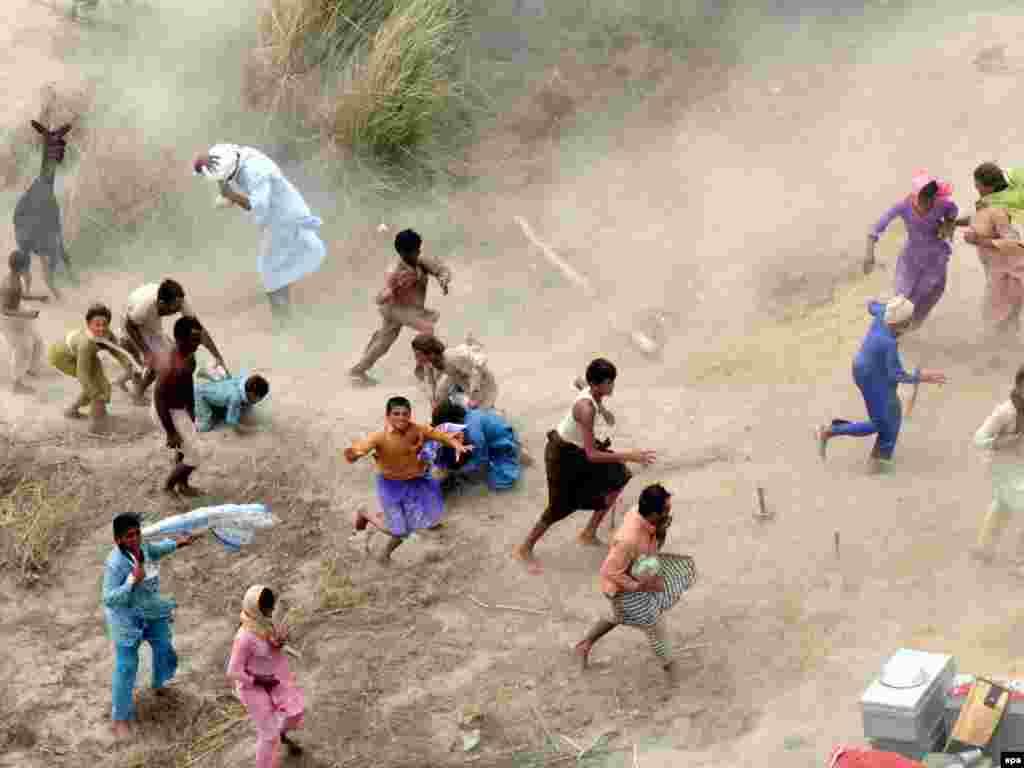 U najvećim poplavama koje su zahvatile Pakistan, u posljednjim desetljećima, život je izgubilo preko 1600 ljudi. Prema podacima UN-a, oko 13,8 milijuna ljudi pogođeno je poplavama, što ovu tragediju čini većom od one koju je prouzrokovao tsunami 2004-te godine. Foto: EPA / MK Chaudry