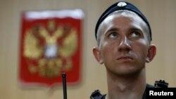 Судебный пристав в фойе суда города Москвы. Иллюстративное фото.