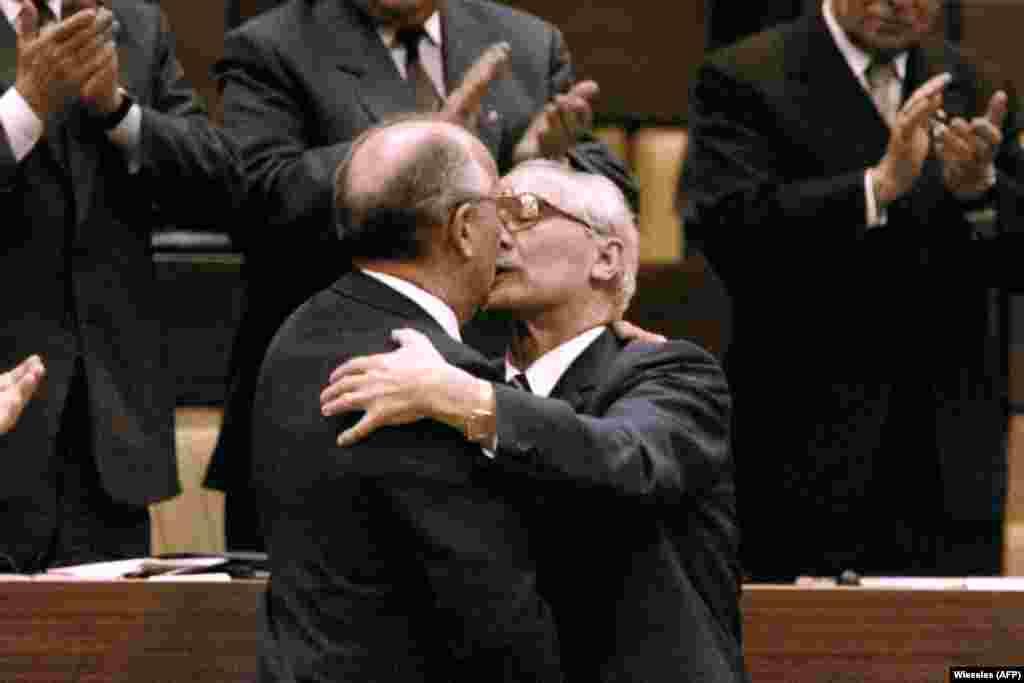 Михаил Горбачев также целовал Эриха Хонеккера во время своего визита в ГДР, 1986 год.