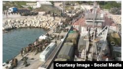 Ushtarët rusë duke duke u përgatitur për udhëtim nga Krimeja për në Siri me luftanije