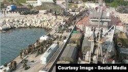Севастополь. Российские солдаты грузятся на военный корабль, направляющийся в Сирию