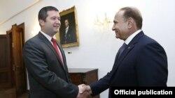 Премьер-министр Армении Овик Абрамян (справа) и председатель Палаты депутатов Чехии Ян Хамачек, Прага, 2 июня 2015 г. (Фотография - пресс-служба правительства Армении)