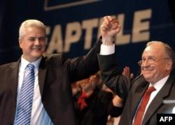 Adrian Năstase și fostul președinte Ion Iliescu, la alegerile prezidențiale din 2004