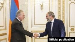 Никол Пашинян приветствует председателя Венецианской комиссии Джанни Букиккио, Ереван, 31 октября 2018 г.