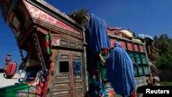 آرشیف، یک فامیل افغان در پاکستان که قصد برگشت به کشور خود را دارد.