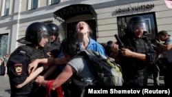 Задержание участницы акции протеста в Москве, 27 июля 2019