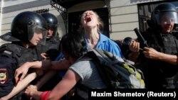 Полицията задържа млада протестираща, 27 юли 2019 г., Москва