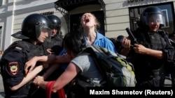 Задержания на протестной акции в Москве. 27 июля 2019 года