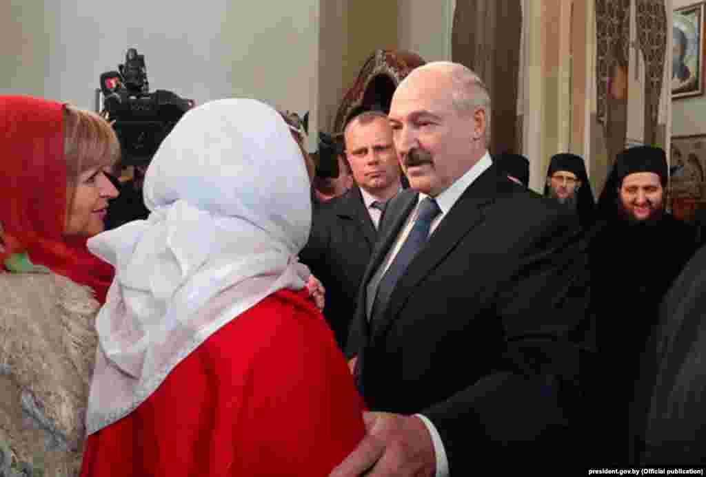 Президент Білорусі Олександр Лукашенко та його молодший син Микола відвідали церкву під час православного Великодня 19 квітня. Олександр Лукашенко висміяв глобальні проблеми через COVID-19, назвавши це «масовим психозом», і сказав, що не було ніякої необхідності суворих заходів, щоб уповільнити поширення вірусу