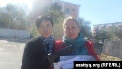 Общественный защитник Макса Бокаева Жанаргуль Бокаева (слева) и его адвокат Нурбике Ескендирова. Атырау, октябрь 2016 года.