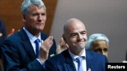 Жанни Инфантино (оңдо) ФИФА президенттигине шайлангандан кийин. Цюрих, 26-февраль, 2016-жыл.