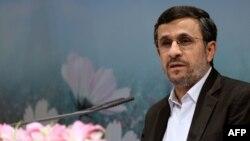 به نوشته روزنامه های ایران، مسايل اقتصادی به ويژه نوسانات بازار ارز، محور تنها سوال مطرح شده از سوی نمايندگان امضاء کننده طرح سئوال از احمدی نژاد است.