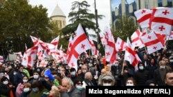 تظاهرات مخالفان حزب حاکم گرجستان در نزدیکی پارلمان این کشور