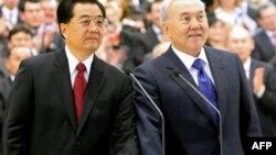 Қазақстан президенті Нұрсұлтан Назарбаев (оң жақта) пен Қытай төрағасы Ху Цзиньтао Орталық Азия газ құбыры жобасының құрамдас бөлігі «Қазақстан – Қытай» құбырын ашып тұр. Астана, 12 желтоқсан 2009 жыл.