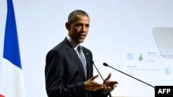 АҚШ президенті Барак Обама Париждегі климтаттың өзгеруіне қарсы күрес саммитте сөйлеп тұр. 30 қараша 2015 жыл.