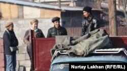 Көмір қоймасындағы жұмысшылар. Алматы, 13 қараша 2013 жыл.