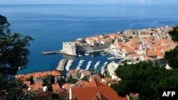 В 2012 году Хорватию посетили 11,8 млн туристов, в основном из Германии, Италии и Австрии. Численность населения страны - 4,2 млн человек.