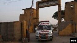 Кареты скорой помощи вывозят тела заключенных, казненных в центральной тюрьме города Карачи. 3 февраля 2015 года.
