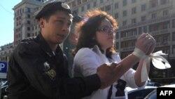 Полиция шеру туралы заңды қабылдауға қарсы белсендіні Дума маңынан әкетіп барады. Мәскеу, 5 маусым 2012 жыл. (Көрнекі сурет)