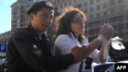 "Полиция хезмәткәре ""Ак тасма"" хәрәкәте вәкилен тоткарлый. Мәскәү, 5 июнь 2012"