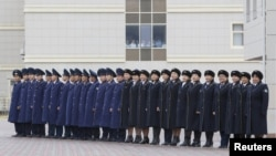 Cотрудники национальной компании «Казахстан темир жолы» стоят в строю на церемонии встречи иностранных дипломатов. Хоргос, 19 октября 2015 года.