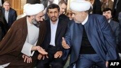 Иран президенті Махмуд Ахмадинежад (ортада). Әзербайжан, Баку, 18 қараша 2010 жыл. (Көрнекі сурет)